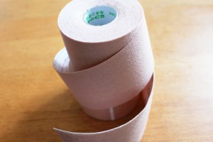 テーピングとは何かといいますと、 ケガの予防、再発防止、応急処置のために テープなどによって、主に「関節」を 補強するもの