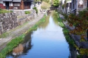 八幡堀巡りでは、近江商人の知恵や工夫など 様々なことをききました。